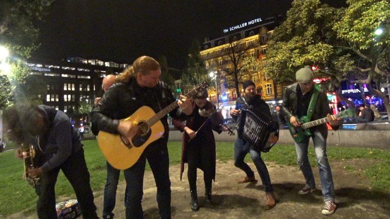 Queens Of The Stone Gae No One Knows door Acting The Maggot op het Rembrandtplein in Amsterdam